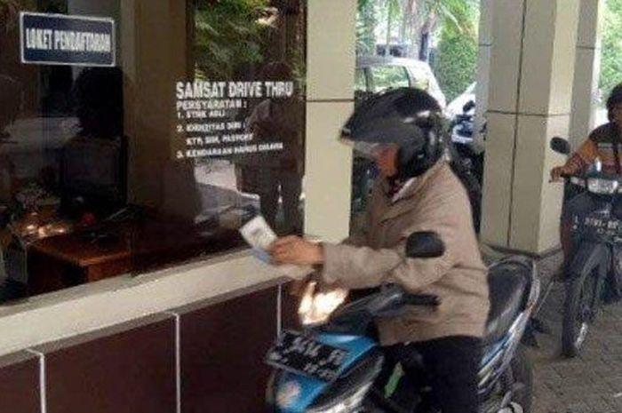Ilustrasi pembayaran pajak kendaraan bermotor di Drive Thru Samsat