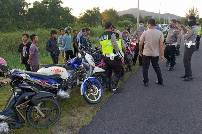 Tim Satlantas Polres Bangka merazia para pembalap liar di Jalan Raya Lintas Timur Desa Rebo Sungailiat Bangka, Minggu (14/06/2020).