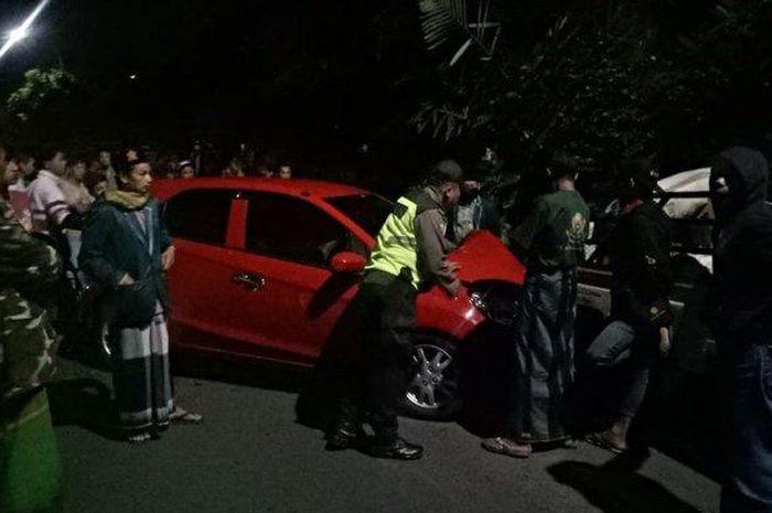 Polisi dan warga berkerumun di lokasi kecelakaan Honda Brio VS Pikap di Purbalingga