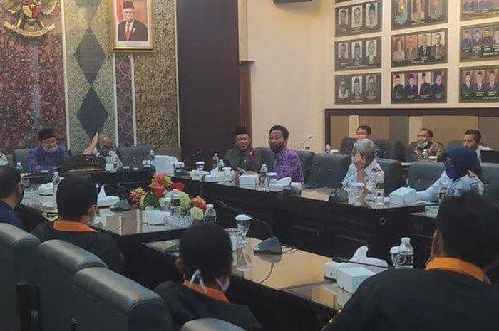 Sejumlah sopir angkot dari berbagai aliansi mendatangi DPRD Jawa Timur, Kamis (25/6/2020). Mereka diterima langsung oleh Komisi D DPRD Jawa Timur.