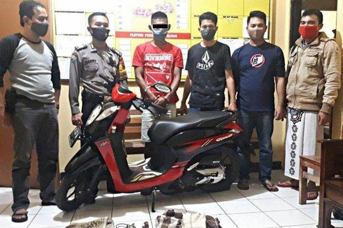 Polisi foto bareng maling kambing di Polsek Kejobong Polres Purbalingga.