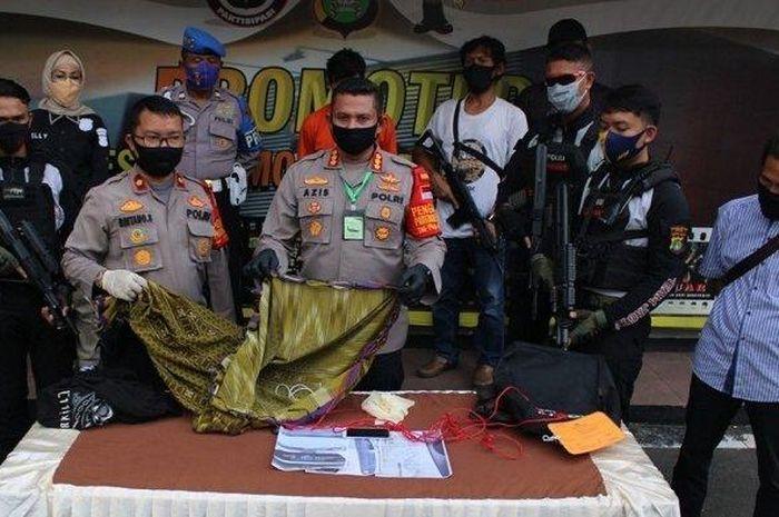 Kapolres Metro Depok, Kombes Pol Azis Andriansyah (tengah) menunjukan barang bukti yang diamankan dari pelaku didampingi Kapolsek Limo, Kompol Bintang Silaen (kiri).