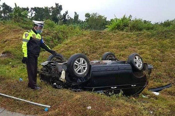 Kondisi mobil Honda CR-V berisi tiga orang yang terperosok hingga terbalik di bahu jalan Tol Ngawi-Sragen, KM 555/B, Senin (6/7/2020) sore