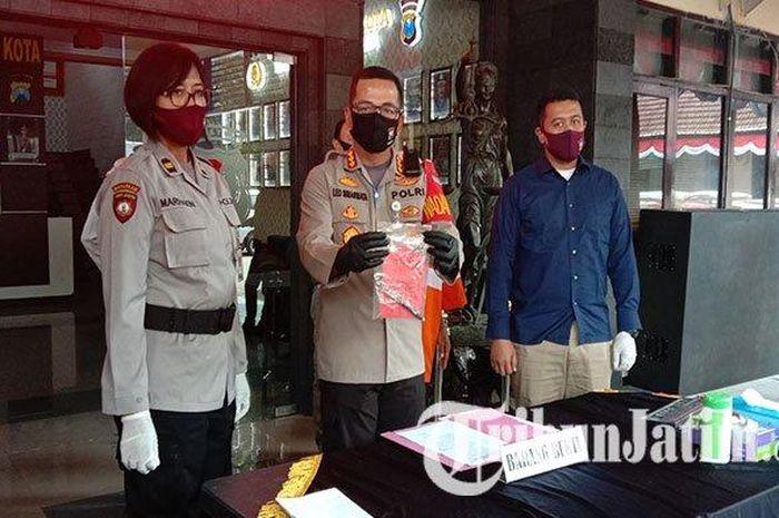 Kapolresta Malang Kota, Kombes Pol Leonardus Simarmata saat menunjukkan tersangka berinisial AS beserta barang bukti.