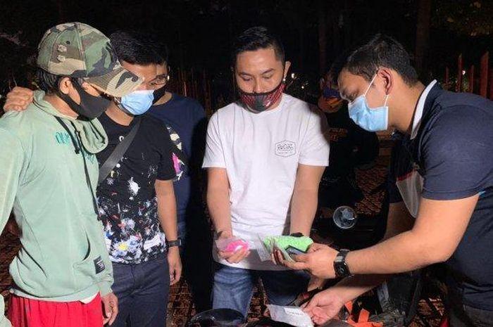 Polisi menemukan barang bukti narkoba dari jok motor seorang pengedar yang diamankan di Condet, Jakarta Timur.