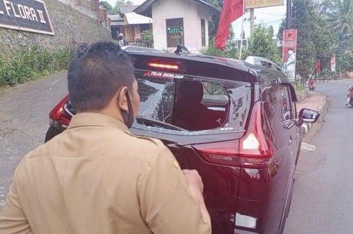 Kaca belakang mobil Mitsubishi pecah akibat diseruduk motor yang pengemudinya bermain ponsel di Cirendang, Kuningan, Rabu (15/7/2020) .
