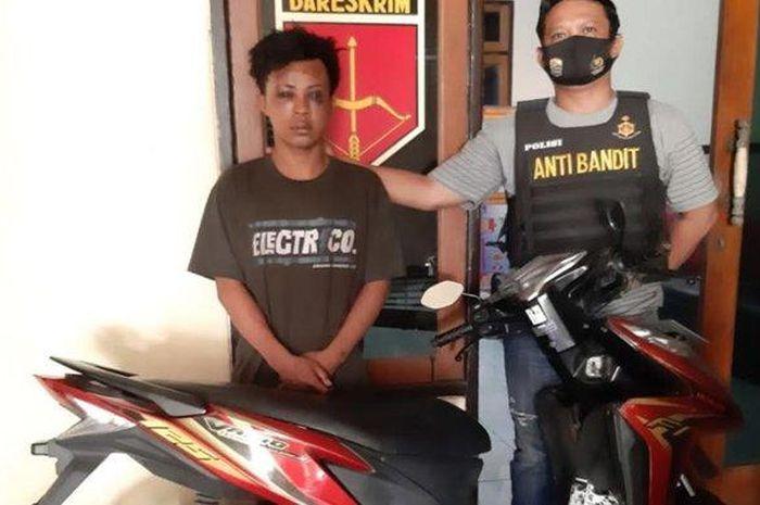 Edi, pemuda asal Sampang Madura yang tertangkap mencuri motor di Surabaya, babak belur dihajar warga.