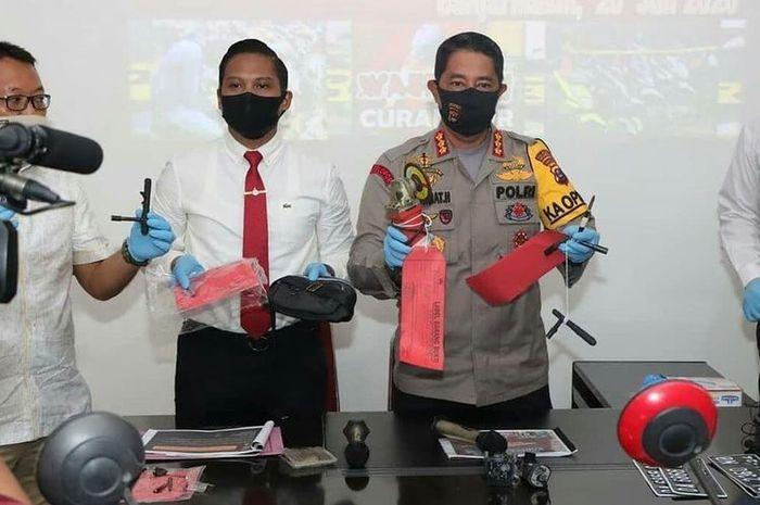 Kapolresta Banjarmasin, Kombes Rachmat Hendrawan memperlihatkan sejumlah barang bukti hasil pencurian kendaraan sepeda motor di Mapolresta Banjarmasin, Senin (20/7/2020).