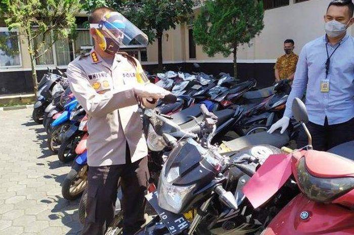Polresta Banyumas, Kombespol Whisnu Caraka dan Kasatreskrim AKP Berry saat menunjukan barang bukti sepeda motor.