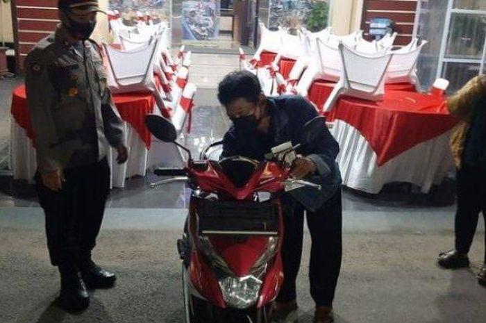 Puji Santosa (59) tukang ojek yang ditipu penumpangnya mendapat hadiah sepeda motor, Kamis (30/7/2020)