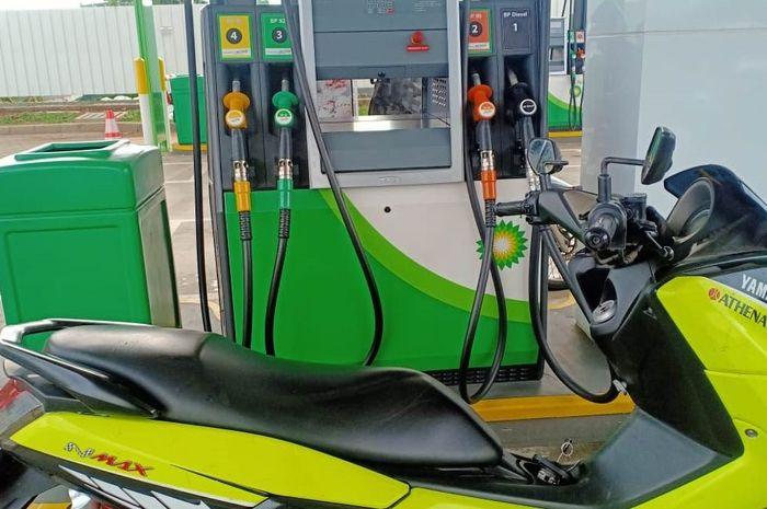 Ilustrasi Yamaha NMAX isi bensin