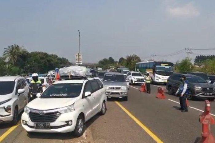 Situasi arus lalu lintas Tol Jakarta-Cikampek saat diberlakukan contraflow mulai dari KM 65 hingga KM47 arah Jakarta, pada Minggu (02/08/2020).