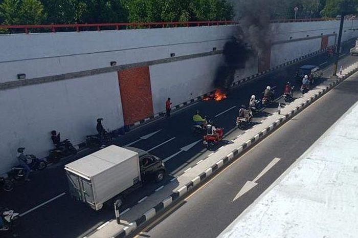 Sepeda motor tiba-tiba terbakar di terowongan Jalan Underpass Simpang Tugu Ngurah Rai, Kuta, Badung, Bali, Senin (24/8/2020)