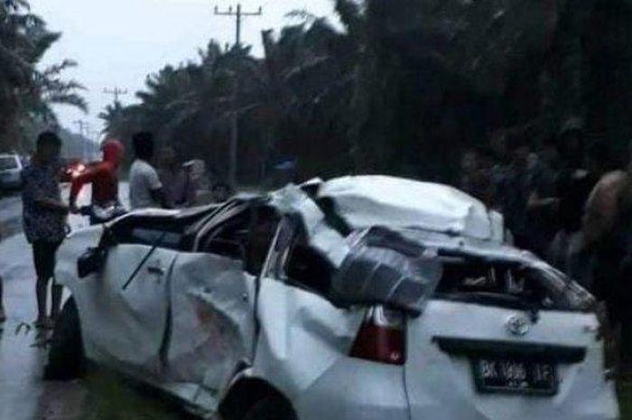 Mobil Avanza oleng dan terbalik hingga menimpa dua wanita yang mengendarai motor berboncengan.