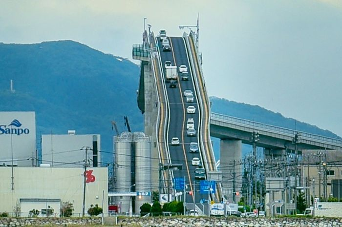 Jembatan Eshima Ohashi sering dikira punya tanjakan yang curam.