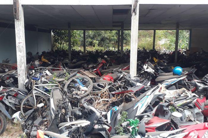 Kendaraan bekas kecelakaan yang masih mangkrak di jalan Wangun Harja Cikarang Utara