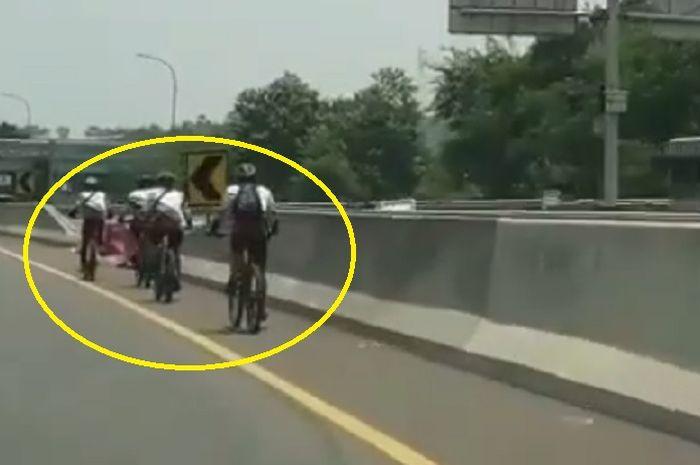 Rombongan pesepeda dalam video tersebut teridentifikasi memasuki Jalan Tol Jagorawi tepatnya Km 46+500 (Polingga), kejadian ini terjadi pada Minggu (14/9) sekitar pukul 11.00 WIB