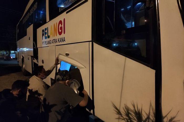 Foto-foto penggerebekan dan penggeledahan Bus Pelangi jurusan Medan-Tasikmalaya yang membawa paket sabu besar seberat 13 kilogram dengan tujuan mengedarkan di wilayah Tasikmalaya, Rabu (16/9/2020) malam.(KOMPAS.COM/IRWAN NUGRAHA)