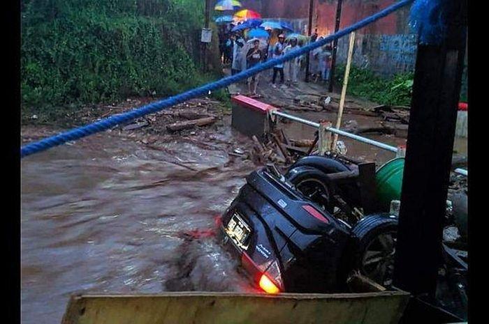 Banjir bandang terjang Cicurug, Kabupaten Sukabumi. Sejumlah mobil terseret hingga beberapa warga dikabarkan hanyut.