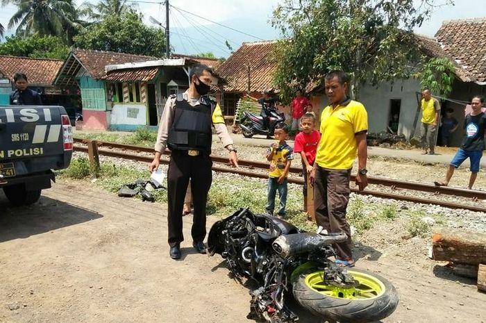 Satu unit motor yang dikendarai siswa tertabrak kereta sampai ringsek di perlintasan rel kereta Rajapolah, Tasikmalaya, Senin (21/9/2020).
