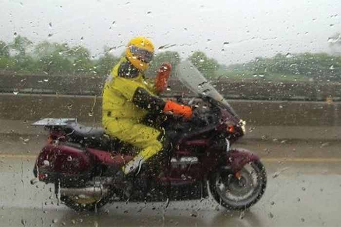 Ilustrasi riding saat hujan