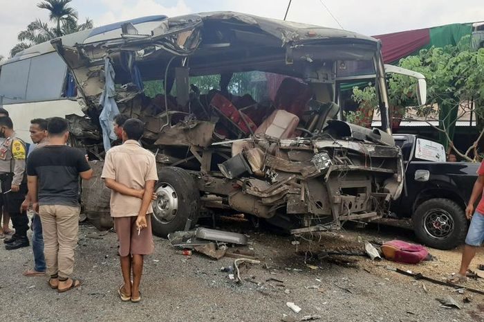 us dan truk tabrakan hebat di Jalan Lintas Kabupaten Bungo, pada Rabu (30/9/2020).(KOMPAS.COM/JAKA HB)