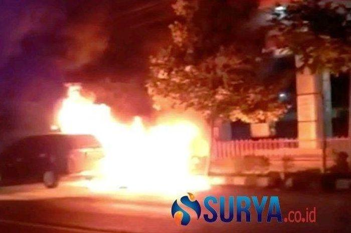 Detik-detik mobil Honda Mobilio terbakar di depan SPBU Semampir Kota Kediri, Rabu (30/9/2020) malam.