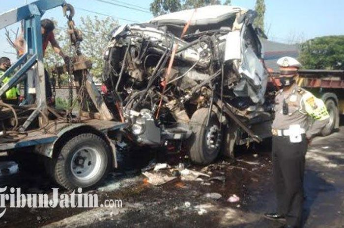 Bangkai truk trailer yang rusak parah setelah menghantam truk trailer bermuatan semen yang ada di depanya di Jalan Raya Plosowahyu, Kamis (1/10/2020).