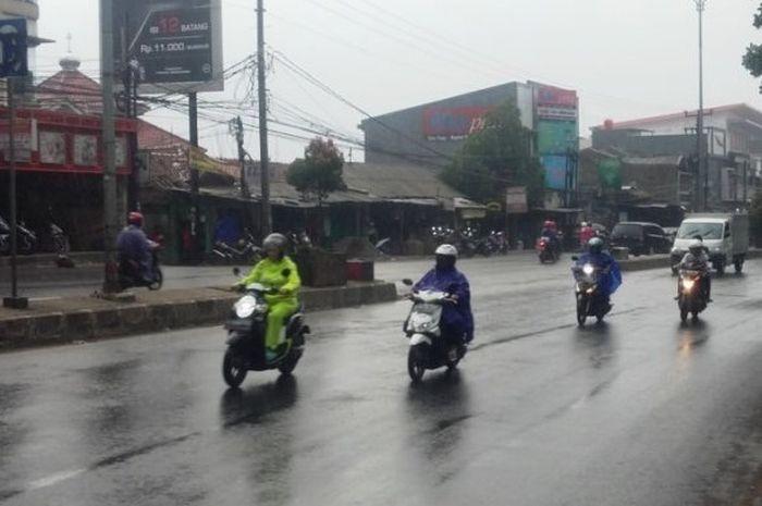 Jangan malah ngebut, gerimis jadi saat paling berbahaya untuk riding di musim hujan
