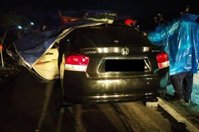 Honda City yang terlibat kecelakaan dengan truk