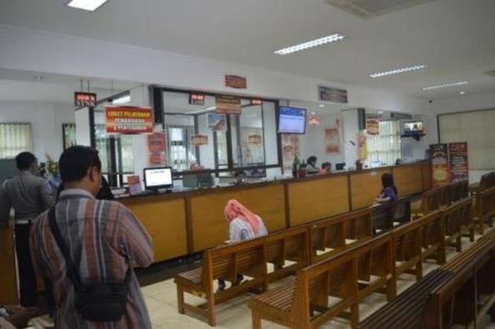 Ilustrasi membayar pajak kendaraan bermotor di Samsat. Awas nunggak pajak kendaraan dua tahun bisa langsung diblokir.