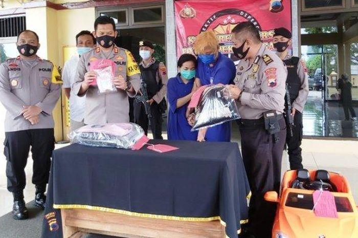 Kapolres AKBP Aris Tri Yunarko (tengah) memperlihatkan barang bukti kasus pencurian di halaman Mapolres Pekalongan, Rabu (21/10/2020).