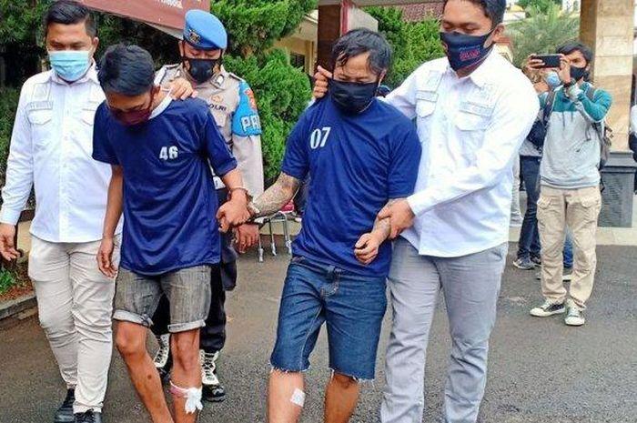 IB alias Felix (26) dan AS (25), dua kawanan begal spesialis SPBU ini, hanya bisa tertunduk dan terpincang-pincang, saat digiring di Mapolresta Bandung, Rabu (2/10/2020).
