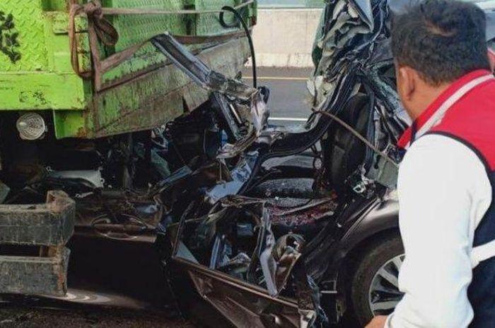 Honda Jazz atap terkelupas hingga jok penumpang, akibatnya 4 orang tewas