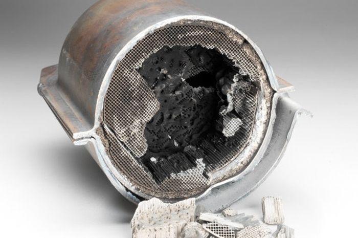 Ilustrasi Catalytic converter knalpot yang rusak