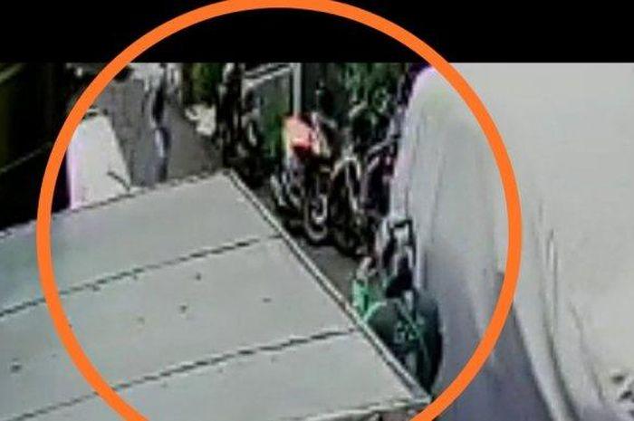 Tangkapan layar rekaman CCTV rampok spesialis rumah kosong di Pademangan mencoba merampas motor pengendara ojek online untuk melarikan diri.