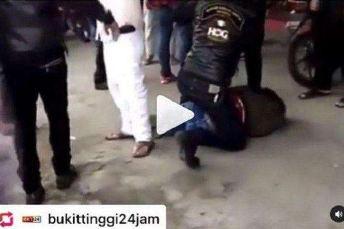 Tangkapan layar video viral seseorang dikeroyok rombongan pengendara moge di Bukittinggi.