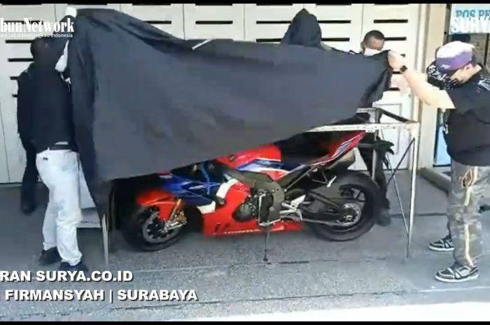 Austein Adikoesoemo (kanan) saat unboxing satu-satunya Honda CBR1000RR-R Fireblade yang ada di Indonesia.
