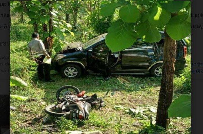 Daihatsu Xenia dan Honda Supra X terjerembab masuk ke dalam hutan setelah terlibat kecelakaan di Jalan Raya kawasan Hutan Cendoro, Desa Cendoro, Kecamatan Dawarblandong, Kabupaten Mojokerto, Rabu (18/11/2020)