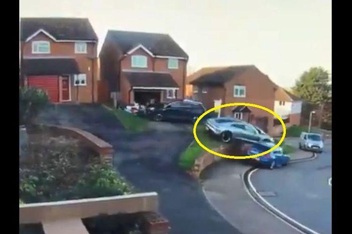 Insiden mobil Porsche menabrak mobil warga perumahan saat hendak diparkir di Manningtree, Essex, Inggris.
