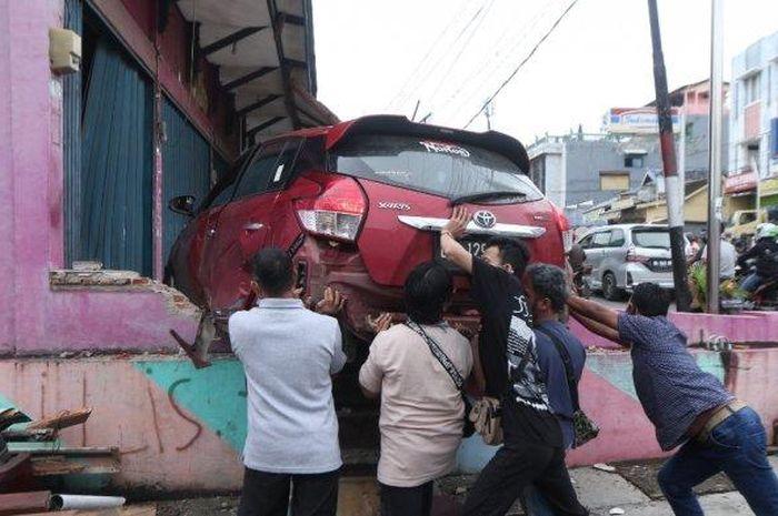 Toyota Yaris hujam ruko hingga robohkan tembok di Jl Ki Maja, Way Halim, Bandar Lampung