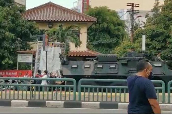 Tangkapan layar video tank melalui Jalan Glodok pada Senin (14/12/2020).(Kompas.com)