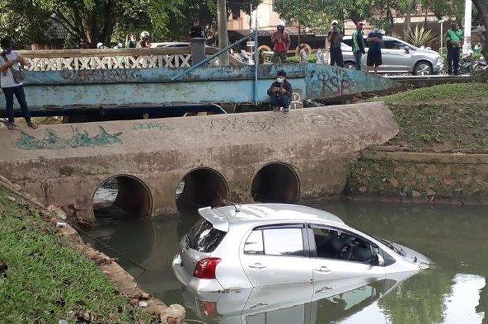 Mobil Toyota Yaris nyebur ke kali Bintaro, yang berlokasi di Jalan Maleo Raya, Bintaro Sektor IX, Pondok Aren, Tangerang Selatan (Tangsel), Sabtu (19/12/2020) petang.
