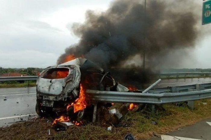 Sebuah kecelakaan tunggal terjadi di Jalan Tol Solo-Ngawi, Jumat (18/12/2020) pukul 12.45 WIB.