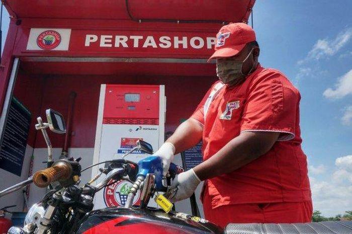 ilustrasi kios Pertashop yang ada di beberapa wilayah di Jateng dan DIY. Petugas terlihat sedang melayani pembeli di kios masing-masing.