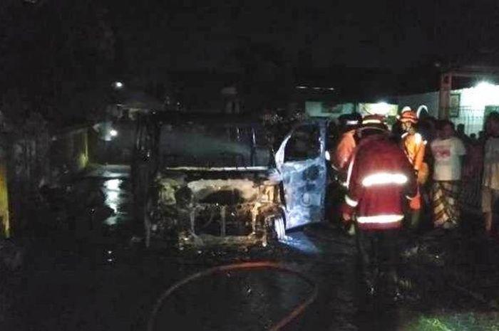 Mobil Daihatsu Luxio bermuatan BBM jenis pertamax terbakar di depan SD Negeri 07 Kasepuhan, Kecamatan Batang, Rabu (6/1/2021) malam.