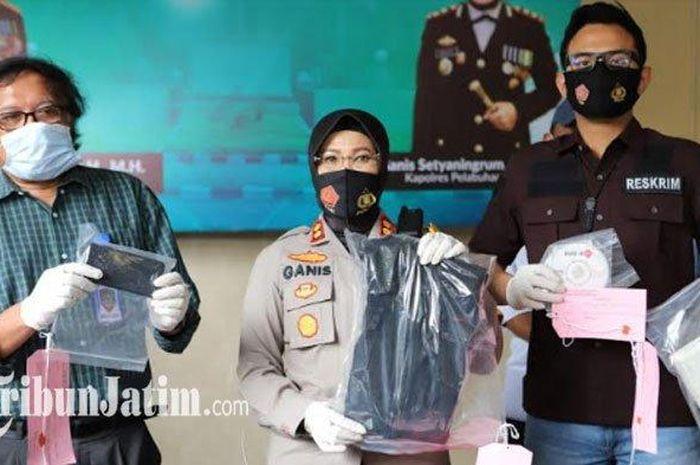 Prof Udisubakti Ciptomulyono (kiri), korban penjambretan bersama polisi tengah menunjukkan barang bukti kejahatan yang dilakukan dua pelaku anak-anak.