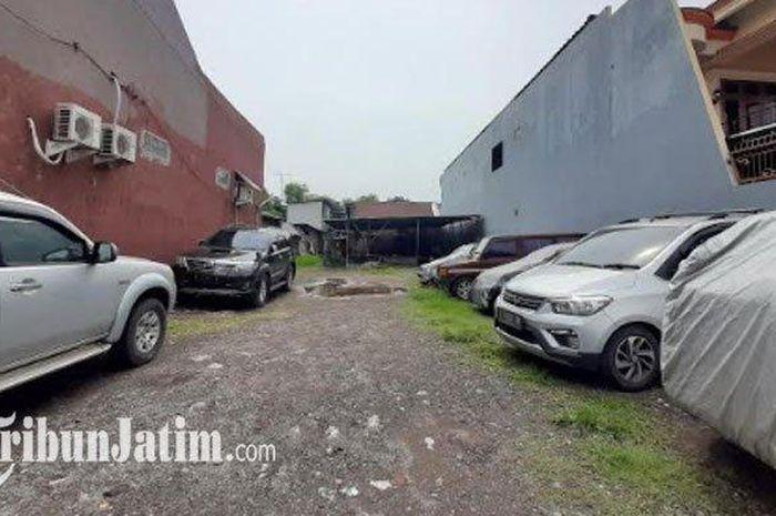 Lahan kosong tempat parkir mobil Avanza merah metalik yang dikabarkan hilang oleh pemiliknya.