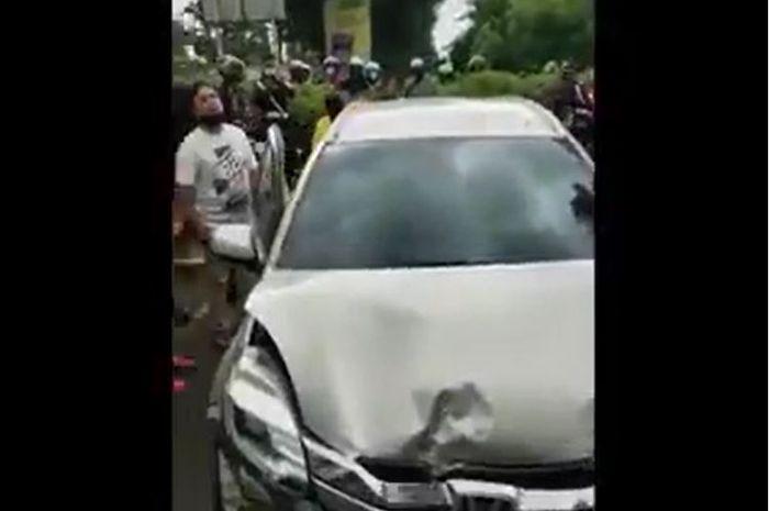 Honda Mobilio ringsek usai terjang Suzuki Ertiga lalu terobos pagar ruko hantam Daihatsu Xenia di Kelapa Gading, Jakarta Utara