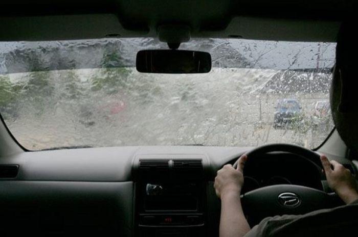 Ilustrasi berkendara mobil saat kondisi hujan deras.